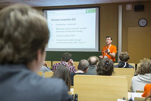 Thorsten Benter (Bergische Universität Wuppertal) erläutert die Unterschiede zwischen Ionisationsprozessen in Vakuum und unter Atmosphärendruck.
