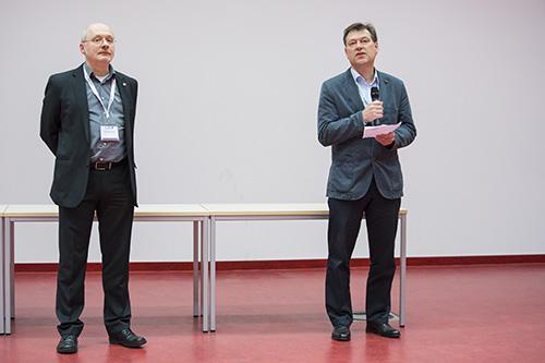 Von links: Wolfgang Schrader (MPI für Kohlenforschung, Mülheim an der Ruhr) und Thorsten Benter (Bergische Universität Wuppertal) begrüßen die Tagungsbesucher.