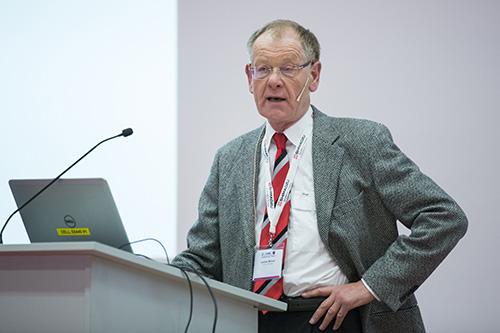 Andries Bruins (Universität Groningen, Niederlande) spricht über API-Interfaces.