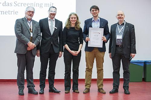 Von links stehen DGMS-Vorsitzender Michael Linscheid, Andreas Waßerburger (Agilent, Waldbronn), Preisträgerin 2014, Wiebke Nadler (DKFZ Heidelberg), der Preisträger 2015, Sascha Lege (Universität Tübingen) und Jury-Mitglied Wolfgang Schrader.