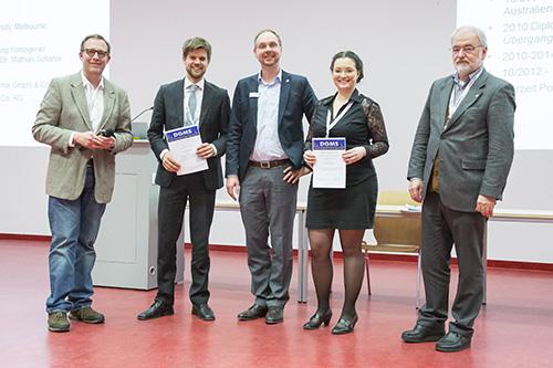 Die Wolfgang-Paul-Preise sind verliehen. Von links stehen der Jury-Vorsitzende Michael Mormann, Preisträger Lukas Fiebig, Simon Lauter (Bruker Daltonik), Preisträgerin Sonja Klee und DGMS-Vorsitzender Michael Linscheid.