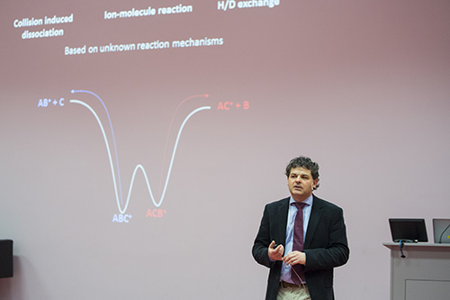 Jos Oomens (Radboud University Nijmegen) diskutiert die IR-Absorption von Ionen in der Gasphase.