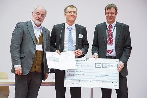 Von links stehen nach der Verleihung des Mattauch-Herzog-Förderpreises Michael Linscheid, Preisträger Konrad Koszinowski und Thomas Moehring (Thermo Fisher Scientific).