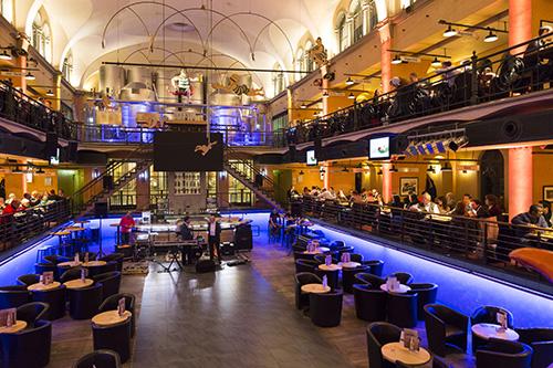 Konferenz-Dinner im Wuppertaler Brauhaus, das in einem ehemaligen Hallenbad seinen Platz gefunden hat. Der blau umrandete Bereich unten war einst das Becken.
