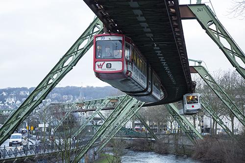 Wahrzeichen der Stadt: Wuppertaler Schwebebahn.
