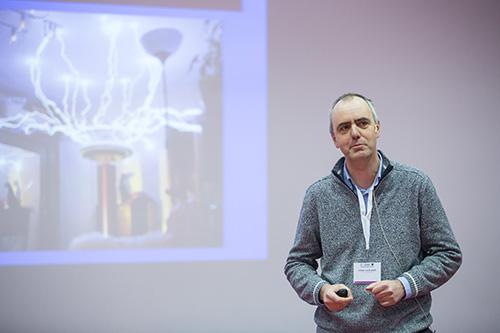 """Achim von Keudell (Ruhr-Universität Bochum) hält seinem Vortrag """"Plasma in Hollywood""""."""