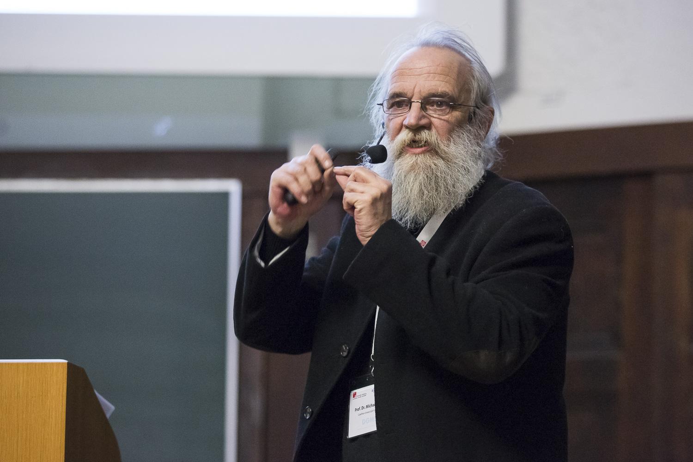 Michael Karas (Frankfurt) diskutiert die Bildung einfach geladener Ionen bei MALDI und ESI im Rahmen des Wolfgang-Paul-Vortrags.