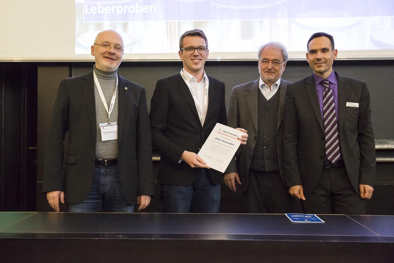 Von links stehen Jury-Mitglied Wolfgang Schrader, Oliver Hachmöller, der Preisträger 2016, DGMS-Vorsitzender Michael Linscheid und Alexander Rácz (Agilent, Waldbronn).