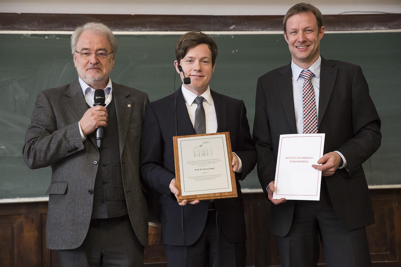 Von links stehen nach der Verleihung des Mattauch-Herzog-Förderpreises Michael Linscheid, Preisträger Kevin Pagel und Thomas Moehring (Thermo Fisher Scientific).