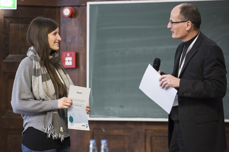 Den JEOL-Posterpreis erhielt Raissa Lerner durch Hartmut Schlüter überreicht.