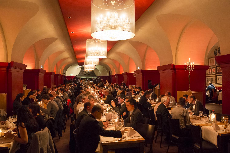 """In den mächtigen Gewölbekellern unter dem Hamburger Rathaus fand das Konferenz-Dinner im """"Parlament"""" statt."""