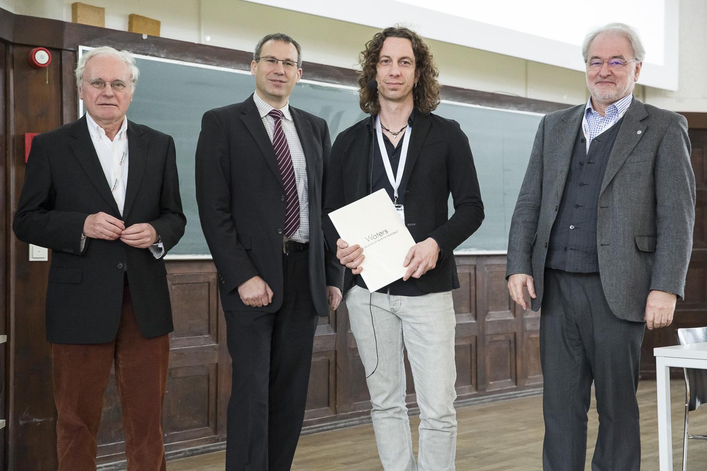 Verleihung des Preises für Massenspektrometrie in den Biowissenschaften. Von links stehen Wolf-Dieter Lehmann (Jury), Gunnar Weibchen (Waters), Marcus Bantscheff und Michael Linscheid.