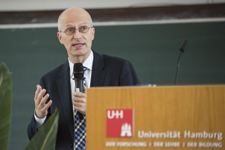 Peter Tschentscher, Senator der Stadt Hamburg, bei der Verabschiedung der Tagungsteilnehmer.
