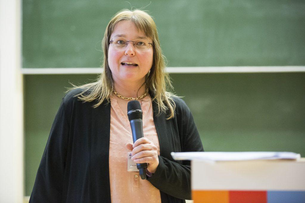 DGMS-Vorsitzende Andrea Sinz begrüßt zur 50. DGMS-Jahrestagung in Kiel.