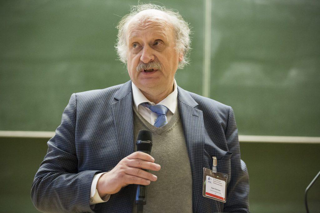 Jürgen Grotemeyer heißt die Tagungsbesucher an der CAU willkommen.