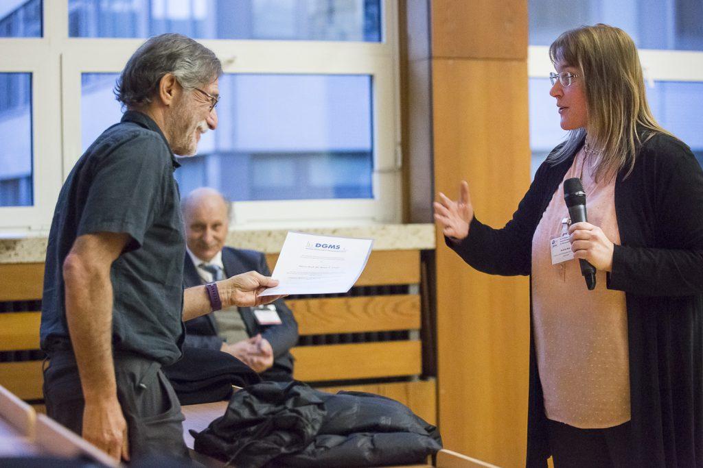 Brian Chait empfängt die Urkunde für den Wolfgang-Paul-Vortrag von Andrea Sinz.