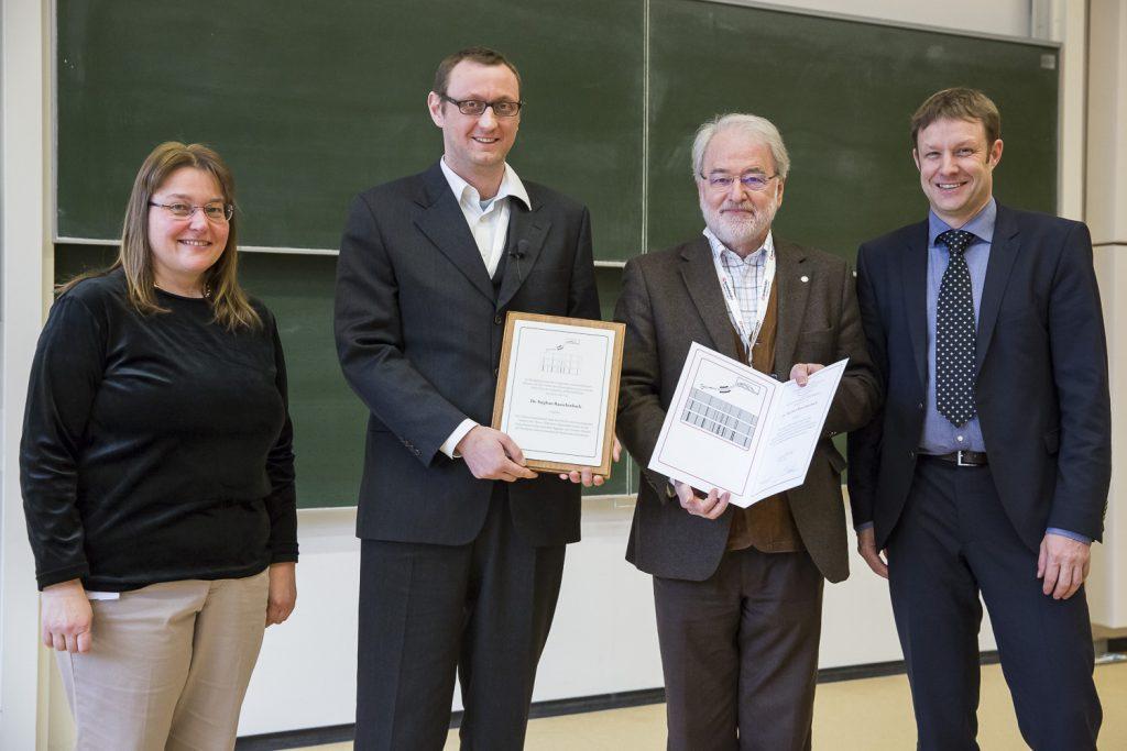 Von links stehen bei der Verleihung des Mattauch-Herzog Preises die DGMS-Vorsitzende Andrea Sinz, Preisträger Stephan Rauschenbach, Jury-Vorsitzender Michel Linscheid und Thomas Möhring für Thermo Fisher Scientific.