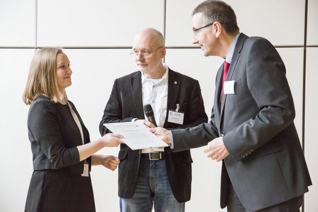 Ina Brümmer (Universität Stuttgart) empfängt die Urkunde für den Agilent Research Summer von Georg Kneer (Agilent). In der Mitte Jury-Vorsitzender Wolfgang Schrader (MPI Mülheim).