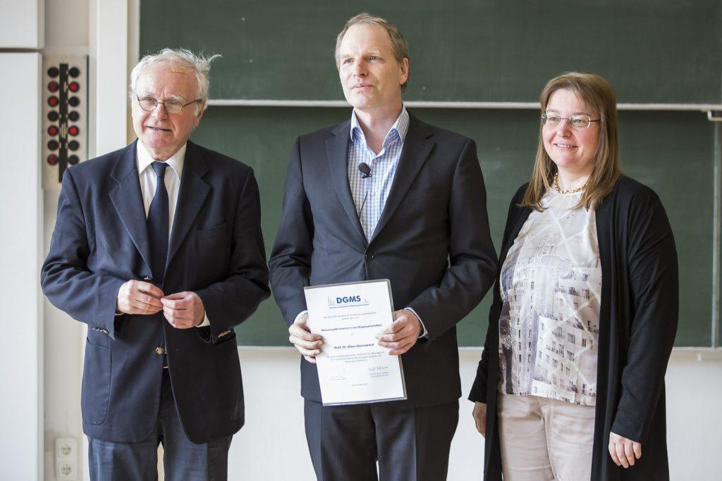 Jury-Vorsitzender Wolf-Dieter Lehmann (DKFZ Heidelberg), Preisträger Klaus Dreisewerd (Universität Münster) und DGMS-Vorsitzende Andrea Sinz bei der Verleihung des Preises für Massenspektrometrie in den Biowissenschaften.
