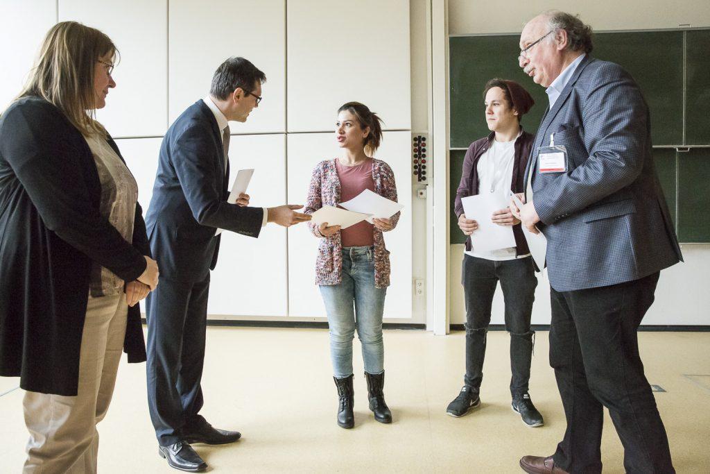 JEOL GC-MS-Posterpreis an Zahra Farmani (MPI Mülheim) und LC-MS-Preis an Tilo Schachel (Universität Münster). Für JEOL gratuliert Stefan Slamnoiu.