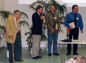 Das Bild oben zeigt von rechts nach links : Ralf Falter, Bernhard Küster, den Vorsitzenden der Jury : PD Dr. D. Kuck und den Vertreter von Finnigan-MAT : Herrn Dr. Habfast bei der Verleihung der Preise.