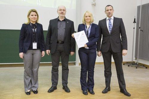 Von links stehen die Preisträgerin 2012, Victoria Elsner (Bergische Universität Wuppertal), der Jury-Vorsitzende Wolfgang Schrader, die Preisträgerin 2013, Isabelle Möller (Universität Münster) und Andreas Waßerburger (Agilent, Waldbronn).