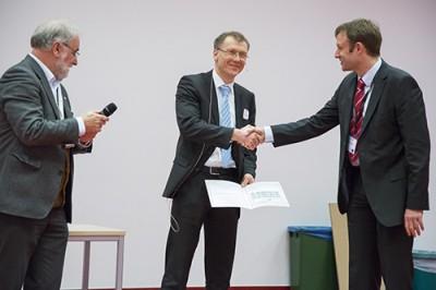Von links Michael Linscheid, Preisträger Konrad Koszinowski und Thomas Möhring (Thermo Fisher Scientific).