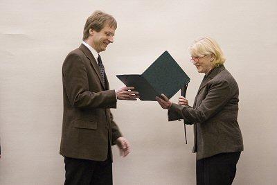 Bernhard Spengler (Justus-Liebig-Universität Gießen) erhält den Applied-Biosystems-Life-Science-Preis 2006 von der Jury-Vorsitzenden Jasna Peter-Katalinic.