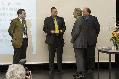 Überreichung des Mattauch-Herzog Förderpreises an Christoph A. Schalley (FU Berlin). v.l. Prof. Dr. D. Kuck Vorsitzender der Jury, Prof. Dr. C.A. Schalley, Dr. Schröder, Thermo Fisher Scientific, Prof. Dr. J. Grotemeyer, Vorsitzender der DGMS.