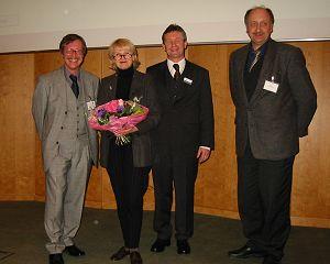 Bild: Verleihung des Preises 2002 (von links der Vorsitzenden der Jury, Prof. Dr. M. Przybilsky, die Preisträgerin Frau Prof. Dr. J. Peter-Katalinic, Herr Sommer für den Stifter des Life Science Preises der DGMS (Applied Biosystems))und Prof. Dr. J. Grotemeyer Vorsitzender der DGMS.
