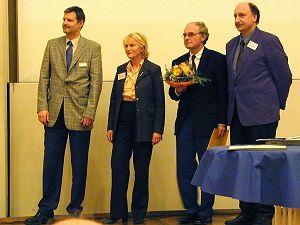 Bild: Verleihung des Preises 2003 (von links Herr Sommer für den Stifter des Life Science Preises der DGMS (Applied Biosystems)) die Vorsitzende der Jury, Prof. Dr. J. Peter-Katalinic, der Preisträger Prof. Dr. W.-D. Lehmann, und Prof. Dr. J. Grotemeyer Vorsitzender der DGMS.