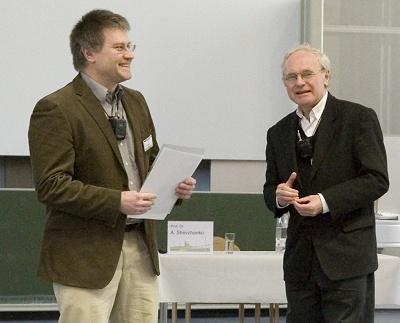 Andrij Shevchenko (links), Preisträger des Waters Preises für Massenspektrometrie in den Biowissenschaften 2011, erhält die Urkunde von Wolf Dieter Lehmann.