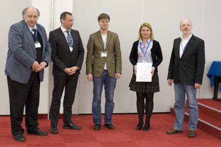 Von links stehen Jürgen Grotemeyer, Andreas Waßerburger (Agilent, Waldbronn), Preisträger 2011: Jens Sproß, Preisträgerin 2012: Victoria Elsner (Bergische Universität Wuppertal) und der Jury-Vorsitzende Wolfgang Schrader.