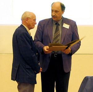 Curt Brunnée erhält die Ehrenurkunde während der DGMS-Tagung in Münster aus Händen von Jürgen Grotemeyer.