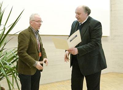 Albert J. R. Heck (Bijvoet Center for Biomolecular Research, Utrecht) erhält von DGMS-Vorsitzenden Jürgen Grotemeyer (Uni Kiel, rechts im Bild) die Urkunde des Waters Preises für Massenspektrometrie in den Biowissenschaften überreicht.