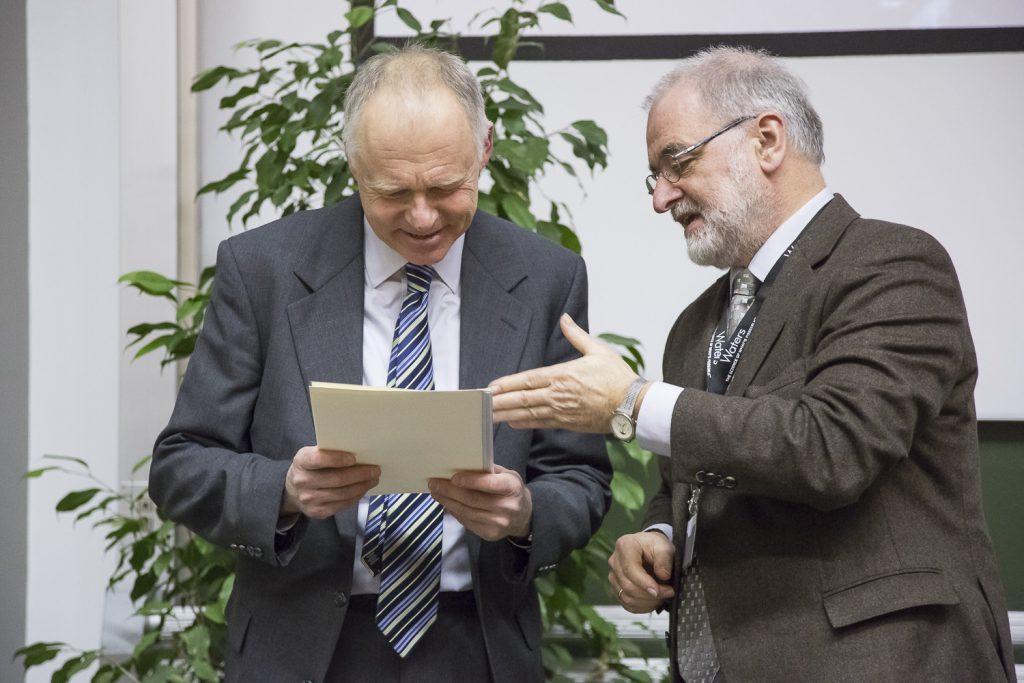 Michael Linscheid (rechts) überreicht die Urkunde für den Wolfgang-Paul-Vortrag an Frantisek Tureček.