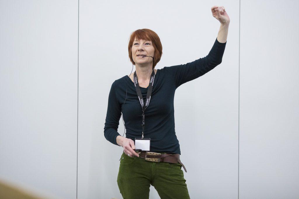 Kathrin Breuker (Universität Innsbruck, Österreich) wird beim Vortrag dynamisch.