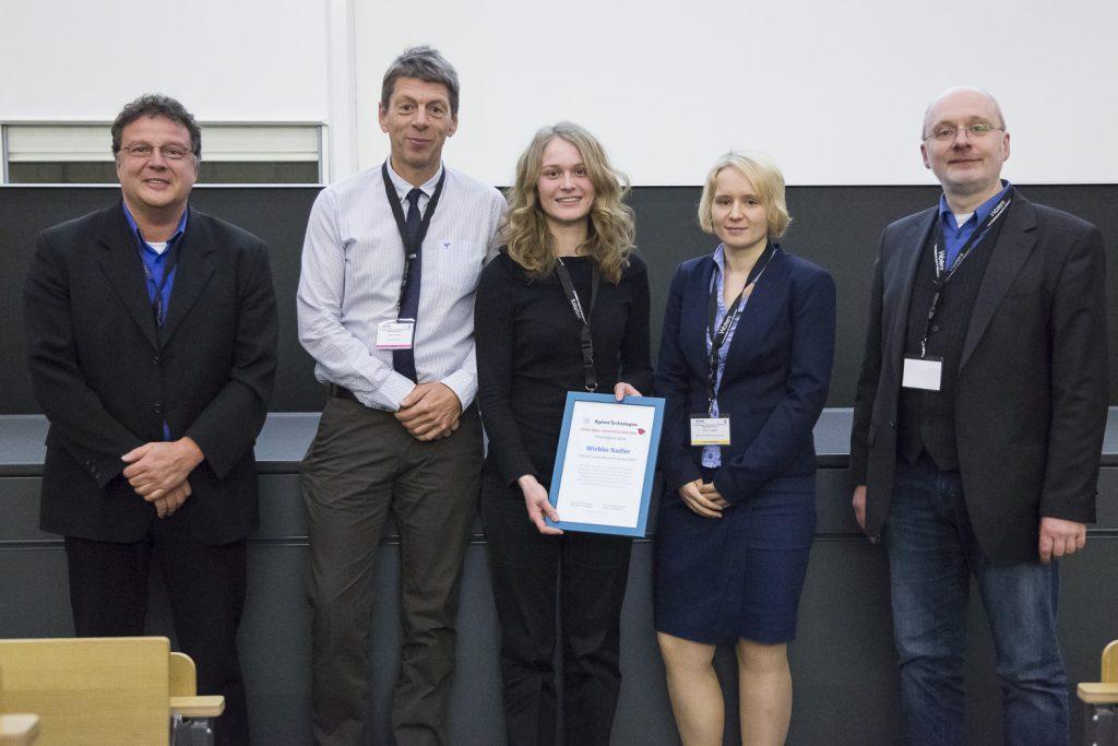 Von links stehen Ralf Falter und Volker Gnau (Agilent, Waldbronn), Preisträgerin 2014, Wiebke Nadler (DKFZ Heidelberg), die Preisträgerin 2013, Isabelle Möller (Universität Münster) und Jury-Vorsitzender Wolfgang Schrader.