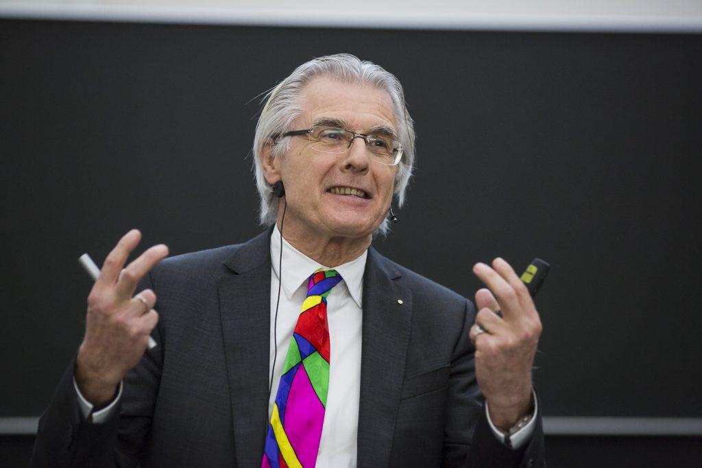 Theo Dingermann erläutert die Tücke der Bekämpfung von HIV.