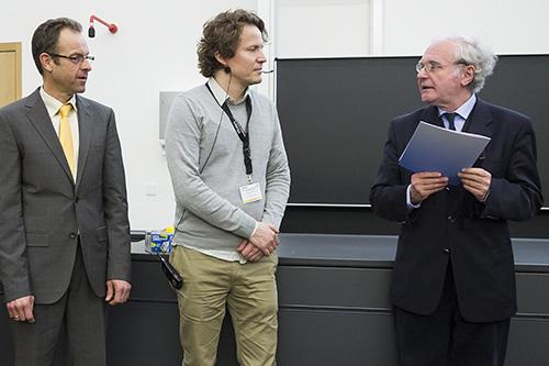 Matthias Selbach (mitte) erhält den Preis für Massenspektrometrie in den Biowissenschaften von Wolf-Dieter Lehmann (rechts) und Michael Desor (Waters, links).