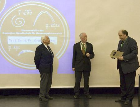Prof. Grützmacher, Dr. J. Franzen, Prof. J.Grotemeyer (Vorsitzender der DGMS) bei der Übergabe der Ehrenmedaillen.