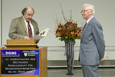 DGMS-Vorsitzender Jürgen Grotemeyer (links) überreicht die Ehrenmedaille an Herbert Budzikiewicz.