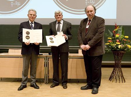 Mit Urkunde und Ehrenmedaille der DGMS geehrt freuen sich Gunther Dube und Dieter Henneberg. Rechts daneben DGMS-Vorsitzender Jürgen Grotemeyer, der die Ehrung vorgenommen hatte.