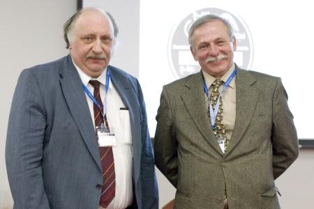 Jürgen Grotemeyer (links) überreichte Maciej Stobiecki (rechts) die Ehrenmedaille der DGMS.