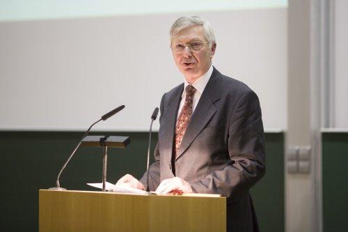Jörn Müller bei seiner kurzen Ansprache nach der Verleihung der Ehrenmedaille der DGMS.