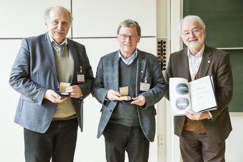 Jürgen Grotemeyer (links) und Dietmar Kuck (mitte) haben die Ehrenmedaille der DGMS erhalten. Rechts Laudator Michael Linscheid (Humboldt Universität Berlin).