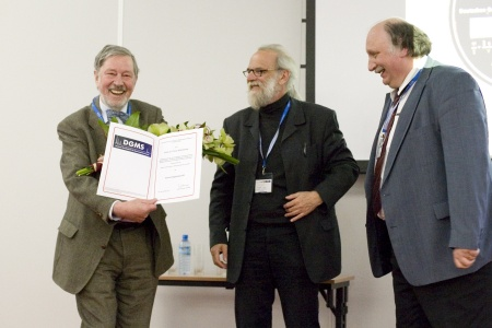 Franz Hillenkamp (links) freut sich mit Michael Karas und Jürgen Grotemeyer über die Ehrenmitgliedschaft in der DGMS.