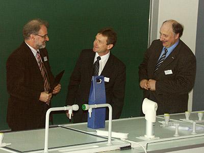 Verleihung des Preises 2005 an Michael Linscheid (links) durch Herrn Sommer für den Stifter des Life Science Preises der DGMS (Applied Biosystems) und DGMS Vorsitzender J. Grotemeyer.