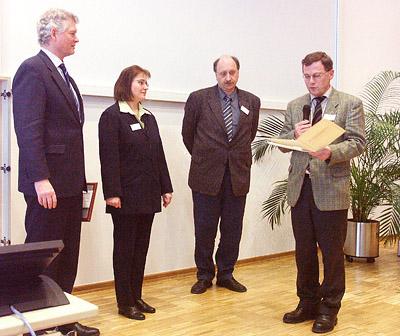 Das Bild links zeigt von links nach rechts : Dr. Pesch für den Stifter (Thermo Electron, Bremen), Frau Dr. Sinz, den Vorsitzenden der DGMS, Prof. Dr. J. Grotemeyer und den Vorsitzenden der Jury, Prof. Dr. D. Kuck.