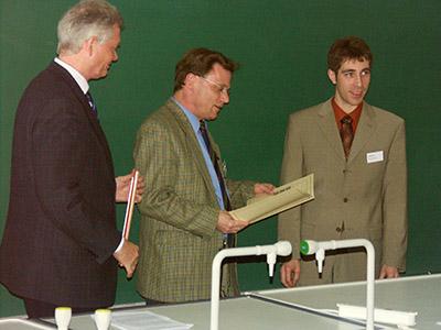 Das Bild zeigt (v.l.): Dr. R. Pesch, Thermo Electron Bremen, Prof. Dr. D. Kuck, Vorsitzender der Jury, Dr. K. Blaum.